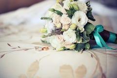 Anillo de bodas el detalle en fondo de la textura imágenes de archivo libres de regalías