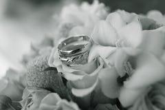 Anillo de bodas en bouqet de las flores fotos de archivo libres de regalías