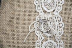 Anillo de bodas en la almohada Imagen de archivo libre de regalías