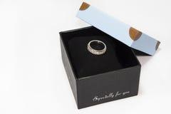 Anillo de bodas en la caja de regalo Foto de archivo libre de regalías