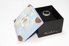 Anillo de bodas en la caja de regalo Fotos de archivo libres de regalías