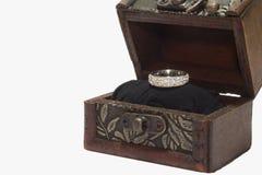 Anillo de bodas en la caja de regalo de madera Imagen de archivo