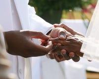 Anillo de bodas en la mano Imagenes de archivo