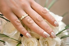 Anillo de bodas en una mano femenina imagenes de archivo
