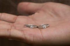anillo de bodas a mano en humo Fotografía de archivo libre de regalías