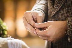 Anillo de bodas para casarse pares el día de boda Fotos de archivo libres de regalías