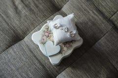 Anillo de bodas y caja en el gris Imagenes de archivo