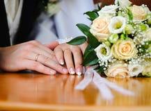 Anillo de bodas y manos Imagen de archivo libre de regalías