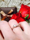 Anillo de compromiso con el diamante Foto de archivo libre de regalías