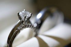 Anillo de compromiso del diamante Fotografía de archivo