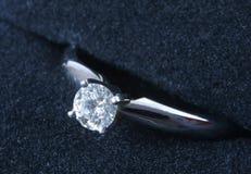 Anillo de compromiso del diamante Fotografía de archivo libre de regalías