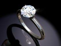 Anillo de compromiso del diamante Foto de archivo libre de regalías