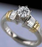Anillo de compromiso del diamante de la mujer Foto de archivo