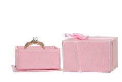 Anillo de compromiso del diamante en un rectángulo de joyería rosado Fotos de archivo