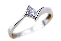 Anillo de compromiso del diamante sobre blanco Imagen de archivo