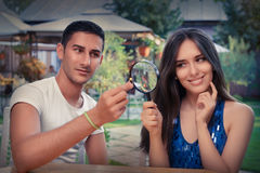 Anillo de compromiso feliz de la prueba de la mujer del novio con la lupa Fotografía de archivo libre de regalías