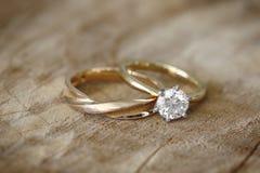 Anillo de compromiso y alianza de boda Foto de archivo libre de regalías
