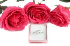 Anillo de compromiso y rosas Imágenes de archivo libres de regalías