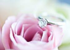Anillo de compromiso y una rosa Fotografía de archivo libre de regalías