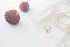 Anillo de diamante con el vestido y los accesorios blancos hermosos Fotos de archivo