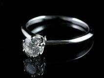 Anillo de diamante con la reflexión Fotos de archivo