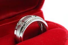 Anillo de diamante de la boda en rectángulo rojo Imágenes de archivo libres de regalías