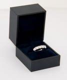 Anillo de diamante de las mujeres (anillo de la eternidad) en un rectángulo fotografía de archivo libre de regalías