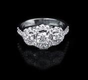 Anillo de diamante del oro blanco en fondo negro Foto de archivo
