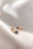 Anillo de diamante del oro de las mujeres Foto de archivo
