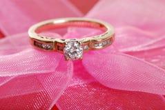 Anillo de diamante del primer en cordón rosado Foto de archivo libre de regalías