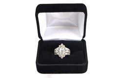 Anillo de diamante en rectángulo negro del terciopelo Fotografía de archivo libre de regalías