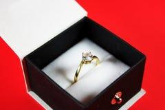 Anillo de diamante en un rectángulo de joyería negro Fotografía de archivo libre de regalías