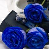Anillo de diamante entre las flores fotografía de archivo libre de regalías