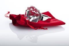 Anillo de diamante falso barato Imagenes de archivo
