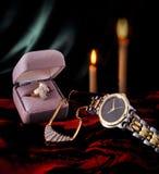 Anillo de diamante, reloj de oro, y collar Imágenes de archivo libres de regalías