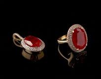 Anillo de diamante y colgante de rubíes en un conjunto Fotos de archivo libres de regalías
