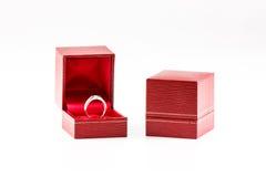 Anillo de diamante y rectángulo rojo Imágenes de archivo libres de regalías