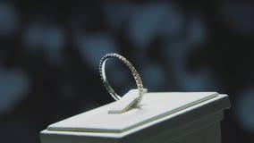Anillo de finger de oro con la piedra preciosa amarilla Suene en oro con el browm de los zafiros, anillo de bodas - joyería con l Imagen de archivo
