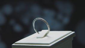 Anillo de finger de oro con la piedra preciosa amarilla Suene en oro con el browm de los zafiros, anillo de bodas - joyería con l Fotografía de archivo