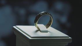 Anillo de finger de oro con la piedra preciosa amarilla Suene en oro con el browm de los zafiros, anillo de bodas - joyería con l Imagenes de archivo