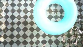 Anillo de goma en la piscina almacen de metraje de vídeo