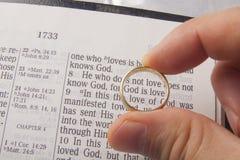 Anillo de la boda sobre la Sagrada Biblia Imagen de archivo libre de regalías