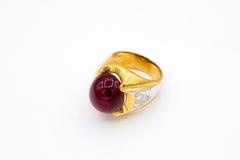 Anillo de la gema en el fondo blanco, aislamiento del anillo de la gema, gema hermosa Foto de archivo libre de regalías