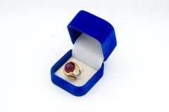 Anillo de la gema en el fondo blanco, aislamiento del anillo de la gema, gema hermosa Fotos de archivo
