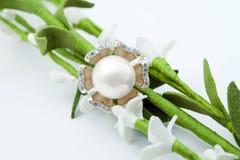 Anillo de la joyería con la perla y las flores Foto de archivo