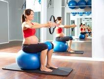 Anillo de la magia del ejercicio de los pilates de la mujer embarazada Foto de archivo