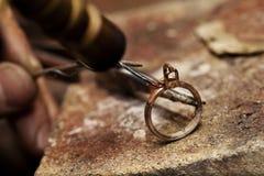 Anillo de la soldadura del joyero Fotos de archivo