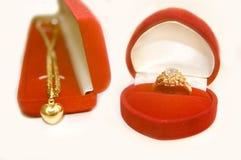 Anillo de oro con imagen del diamante y del collar. Fotografía de archivo