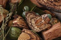 Anillo de oro con la ágata verde (runa) Imagen de archivo libre de regalías