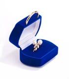 Anillo de oro con las perlas en rectángulo de regalo Imágenes de archivo libres de regalías